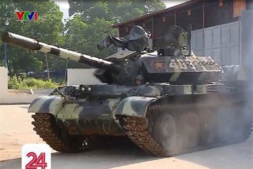 Có thể nói việc nhà máy Z153, Tổng cục Công nghiệp Quốc phòng tiến hành đề tài nâng cấp thành công T-54B lên chuẩn xe tăng T-54M đánh dấu bước phát triển vượt bậc của trình độ kỹ thuật quân sự nước ta. Bởi lẽ không nhiều quốc gia trên thế giới có thể tự mình cải tiến các loại vũ khí hạng nặng thành công. Mà nếu có thì đôi khi là sự chắp vá, cải tiến không đến nơi. Ảnh: VTV1