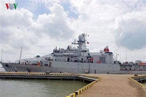 Tàu 18 của Hải quân Việt Nam dù được gỡ bỏ nhiều trang bị vũ khí trướ khi được Hàn Quốc bàn giao, tuy nhiên trên tàu vẫn giữ lại một dàn pháo 20mm cao tốc 6 nòng M61 điều khiển tại chỗ rất độc đáo do Hàn Quốc sản xuất. Nguồn ảnh: VOV.