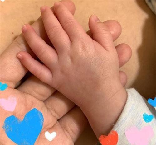 Thanh Ngọc chia sẻ hình ảnh bàn tay con trai ngay trong đêm Trung thu. Đông đảo nghệ sĩ và khán giả chúc mừng Thanh Ngọc có được niềm hạnh phúc to lớn sau nhiều năm vất vả.