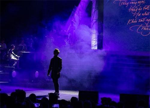 Không gian đêm nhạc do đạo diễn Cao Trung Hiếu thực hiện, dựng lên như một cuốn sách với nhiều trang khác nhau, sát bên là chiếc đèn dầu nên nhận được nhiều lời khen về sự chỉn chu, đẹp mắt cũng như mang đậm màu sắc phố cổ Hội An.