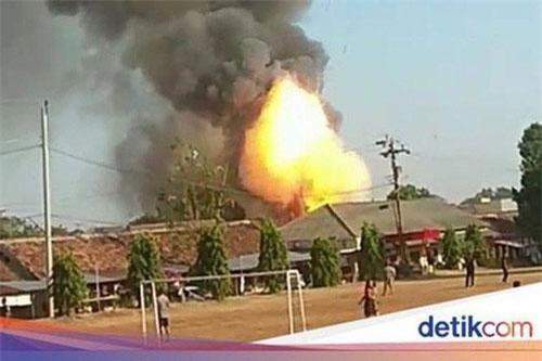Lửa bốc lên từ vụ nổ. Ảnh: newsbeezer.com