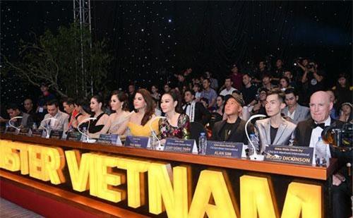 Ban giám khảo chấm điểm trong đêm chung kết.
