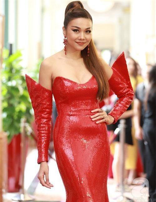 Thanh Hằng đẹp xuất sắc trong bộ cánh đỏ rực rỡ