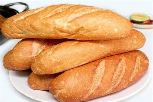 Bánh mì: Khi để trong tủ, bánh mì sẽ hút không khí lạnh trong tủ, hoặc sẽ bị ỉu và thay đổi mùi vị, hoặc sẽ bị khô, cứng lại. Cách bảo quản bánh mì tốt nhất là để trong một chiếc túi có lỗ thoát khí ở không gian phòng bình thường sẽ được lâu hơn bảo quản trong tủ lạnh.