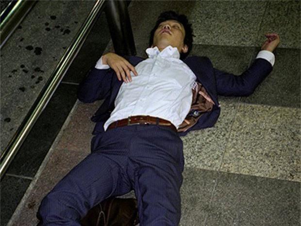 Chùm ảnh về các doanh nhân ngủ trên đường phố mô tả chân thực về văn hóa làm việc khắc nghiệt nhất thế giới của Nhật Bản - Ảnh 16.