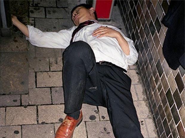 Chùm ảnh về các doanh nhân ngủ trên đường phố mô tả chân thực về văn hóa làm việc khắc nghiệt nhất thế giới của Nhật Bản - Ảnh 24.