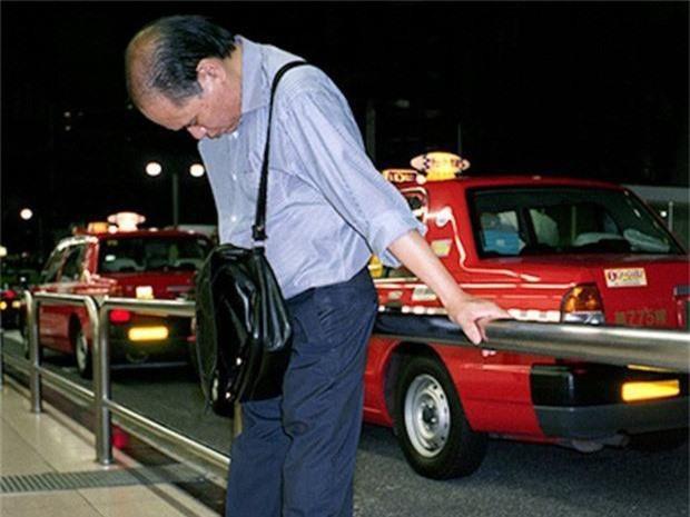 Chùm ảnh về các doanh nhân ngủ trên đường phố mô tả chân thực về văn hóa làm việc khắc nghiệt nhất thế giới của Nhật Bản - Ảnh 27.