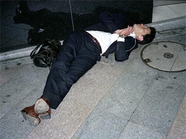 Chùm ảnh về các doanh nhân ngủ trên đường phố mô tả chân thực về văn hóa làm việc khắc nghiệt nhất thế giới của Nhật Bản - Ảnh 3.