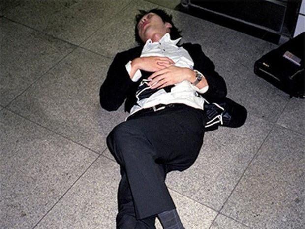 Chùm ảnh về các doanh nhân ngủ trên đường phố mô tả chân thực về văn hóa làm việc khắc nghiệt nhất thế giới của Nhật Bản - Ảnh 30.