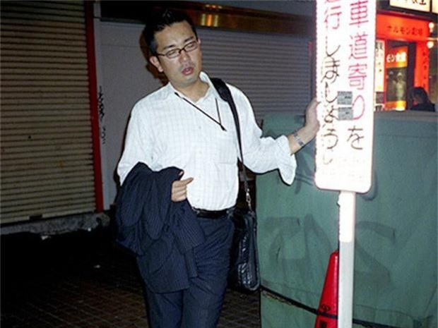Chùm ảnh về các doanh nhân ngủ trên đường phố mô tả chân thực về văn hóa làm việc khắc nghiệt nhất thế giới của Nhật Bản - Ảnh 34.