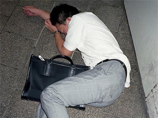Chùm ảnh về các doanh nhân ngủ trên đường phố mô tả chân thực về văn hóa làm việc khắc nghiệt nhất thế giới của Nhật Bản - Ảnh 36.