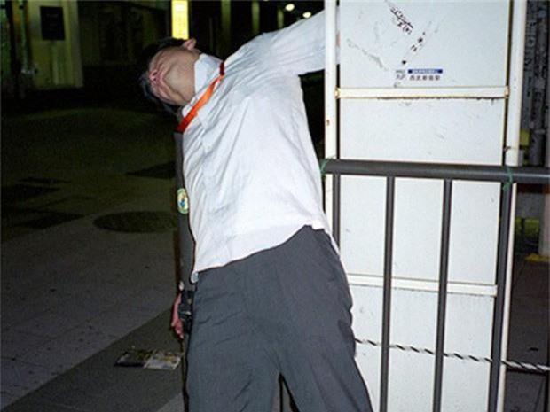 Chùm ảnh về các doanh nhân ngủ trên đường phố mô tả chân thực về văn hóa làm việc khắc nghiệt nhất thế giới của Nhật Bản - Ảnh 43.