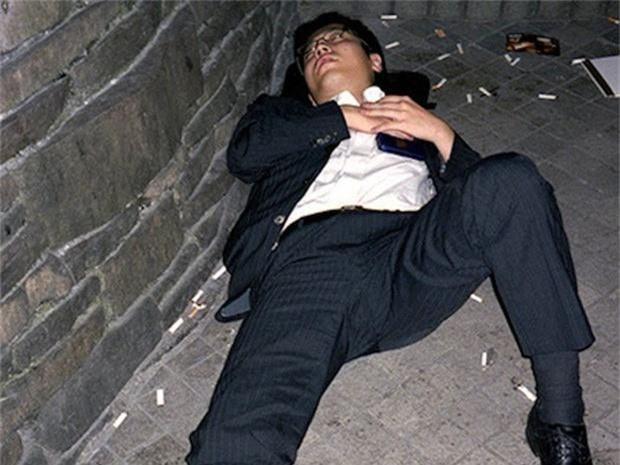 Chùm ảnh về các doanh nhân ngủ trên đường phố mô tả chân thực về văn hóa làm việc khắc nghiệt nhất thế giới của Nhật Bản - Ảnh 44.