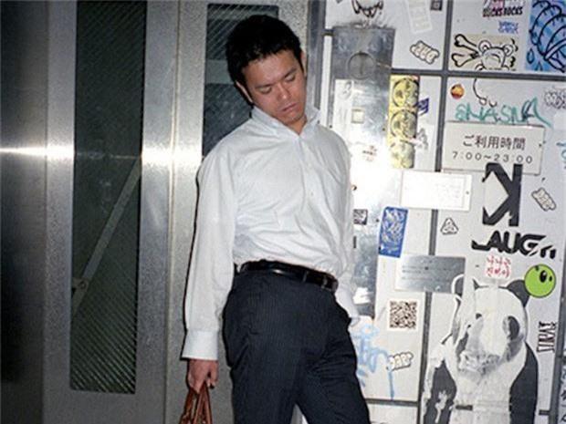 Chùm ảnh về các doanh nhân ngủ trên đường phố mô tả chân thực về văn hóa làm việc khắc nghiệt nhất thế giới của Nhật Bản - Ảnh 49.