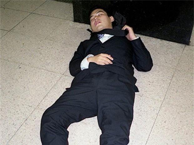 Chùm ảnh về các doanh nhân ngủ trên đường phố mô tả chân thực về văn hóa làm việc khắc nghiệt nhất thế giới của Nhật Bản - Ảnh 50.