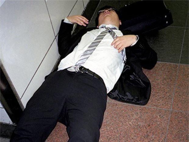 Chùm ảnh về các doanh nhân ngủ trên đường phố mô tả chân thực về văn hóa làm việc khắc nghiệt nhất thế giới của Nhật Bản - Ảnh 52.