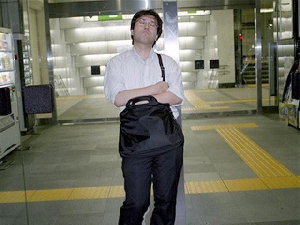 Chùm ảnh về các doanh nhân ngủ trên đường phố mô tả chân thực về văn hóa làm việc khắc nghiệt nhất thế giới của Nhật Bản - Ảnh 53.