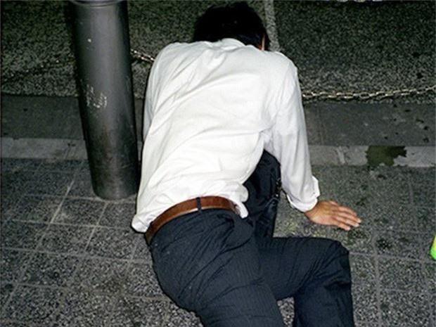 Chùm ảnh về các doanh nhân ngủ trên đường phố mô tả chân thực về văn hóa làm việc khắc nghiệt nhất thế giới của Nhật Bản - Ảnh 54.