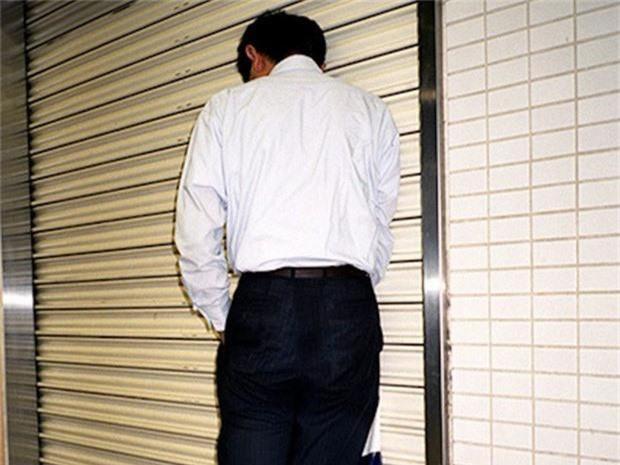 Chùm ảnh về các doanh nhân ngủ trên đường phố mô tả chân thực về văn hóa làm việc khắc nghiệt nhất thế giới của Nhật Bản - Ảnh 59.