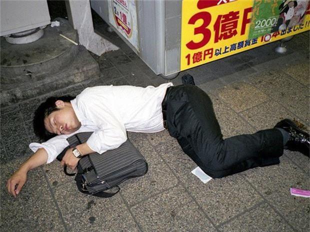 Chùm ảnh về các doanh nhân ngủ trên đường phố mô tả chân thực về văn hóa làm việc khắc nghiệt nhất thế giới của Nhật Bản - Ảnh 6.