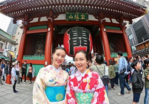 Á hậu - diễn viên Hoàng Oanh vừa có chuyến đi đến Nhật Bản để thăm em gái hiện du học tại đây. Cô có dịp trải nghiệm những khoảnh khắc thú vị tại hai thành phố nổi tiếng Tokyo và Yokohama. Hoàng Oanh chia sẻ đây là đất nước cô vô cùng yêu quý cũng như đã mơ ước được đặt chân đến từ rất lâu. Bằng kinh nghiệm cá nhân, Hoàng Oanh cho hay xin visa đi Nhật khá khó,mọi người nên tự mình chuẩn bị hồ sơ và đến nộp thì khả năng đậu sẽ cao hơn nhờ vào dịch vụ.