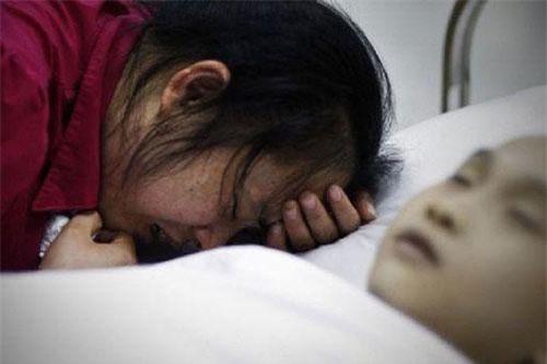 Kết quả kiểm tra khiến gia đình vô cùng sốc. Không ai có thể ngờ rằng, Vân Đào mới 9 tuối đã bị ung thư ruột.