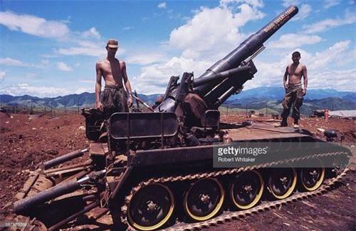 Pháo tự hành M110 203 mm thuộc Tiểu đoàn 2 - Trung đoàn pháo binh dã chiến số 94 Mỹ tại căn cứ Caroll, tỉnh Quảng Trị. Ảnh: Robert Whitaker.