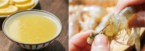 Cho tôm vào bát, thêm rượu nấu ăn, 30ml nước cốt chanh, một ít muối và hạt tiêu trắng vào trộn đều, ướp tôm khoảng 15 phút.