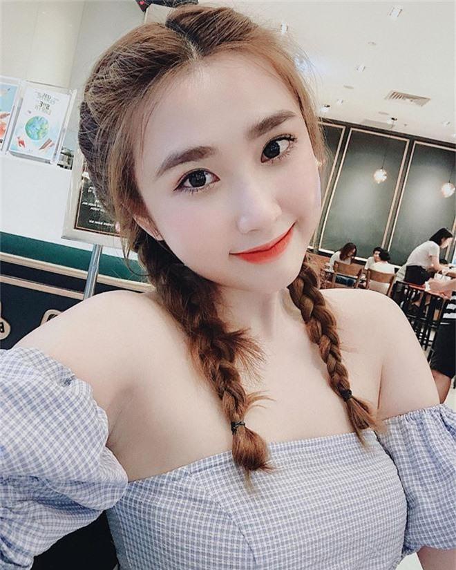 Bạn gái cũ thủ môn Bùi Tiến Dũng bất ngờ xuất hiện trên báo Trung, được khen xinh kiểu em gái nhà bên - Ảnh 2.