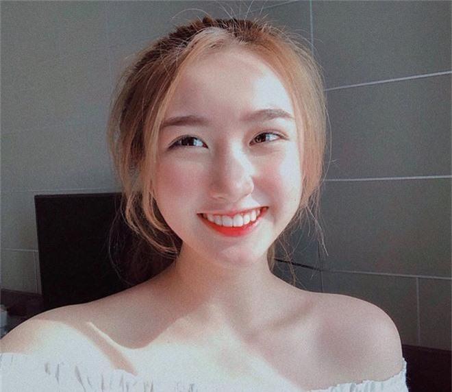 Bạn gái cũ thủ môn Bùi Tiến Dũng bất ngờ xuất hiện trên báo Trung, được khen xinh kiểu em gái nhà bên - Ảnh 6.