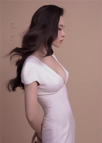 Trong bức ảnh mới, diện chiếc váy liền cổ sâu, Đàm Thu Trang để lộ vòng một quyến rũ, vòng eo thon gọn.