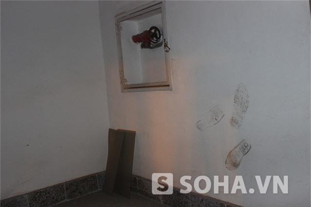 Nhiều dấu giày nghịch ngợm lưu lại trên tường đã thể hiện không phải nhóm người nào cũng lặng lẽ khi vào bên trong...