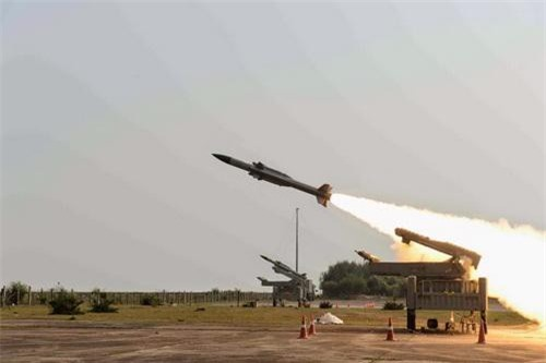 Tên lửa Akash phiên bản dành cho Không quân Ấn Độ trong một lần bắn thử nghiệm. Ảnh: Defence Blog.
