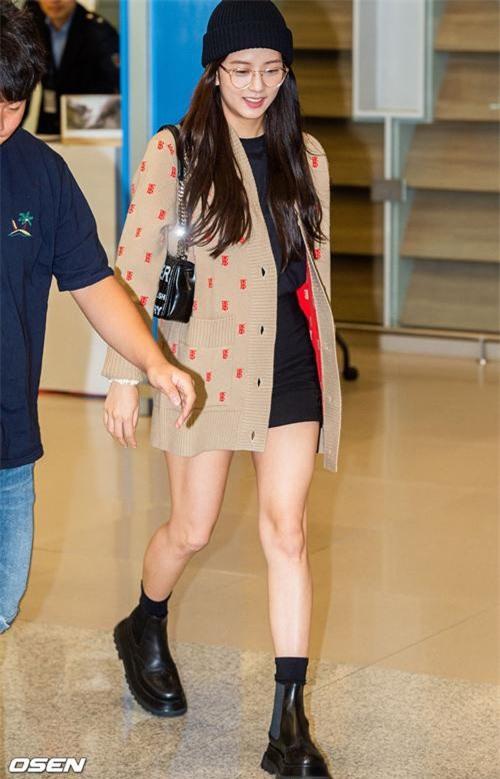 Jisoo (BLACKPINK) vừa trở về từ sự kiện Fashion Week tại London, gây ấn tượng với phong cách thời trang sân bay cực đơn giản mà lại bắt mắt. Nhan sắc của Jisoo luôn nhận được phản hồi tích cực nhưng cô nàng này lại lộ khuyết điểm bắp không mấy thon gọn như trên hình tạp chí, photoshoot