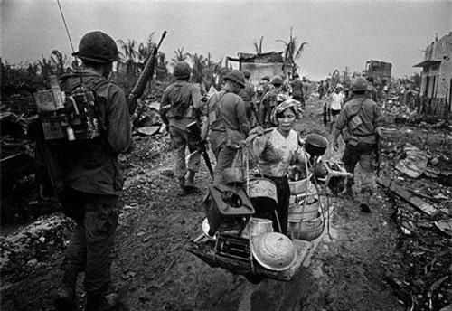 Những người dân Sài Gòn mang theo các vật dụng gia đình đi tị nạn sau khi Mỹ thực hiện những cuộc ném bom, không kích dữ dội, khiến nhiều người mất nhà cửa năm 1968. Ảnh của nhiếp ảnh gia Philip Jones Griffiths.
