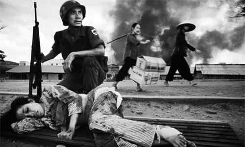 Nhiếp ảnh gia Philip Jones Griffiths chụp được cảnh một phụ nữ bị thương trong cuộc giao tranh tại Sài Gòn năm 1968.