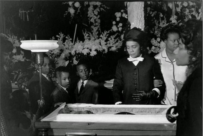 Bà Coretta Scott King, vợ góa của mục sư da đen Martin Luther King (người luôn đấu tranh cho quyền tự do và bình đẳng của con người, đặc biệt là người da đen ở Mỹ) cùng các con bên linh cữu chồng năm 1968.