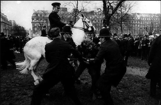 Ảnh chụp một cuộc nổi loạn ở Quảng trường Grosvenor, London, Anh năm 1968. Ảnh chụp của David Hurn.