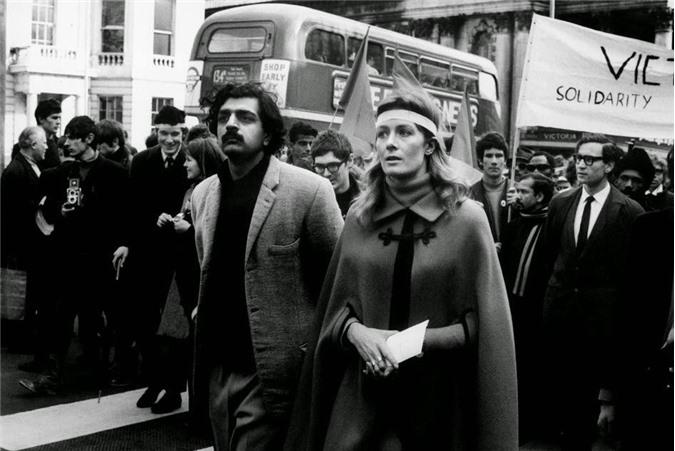 Tariq Ali và Vanessa Redgrave đi đầu trong một cuộc diễu hành phản đối chiến tranh ở Việt Nam. Nhiếp ảnh gia David Hurn đã chụp bức ảnh này tại London, Anh năm 1968 .