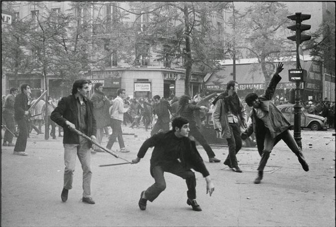 Hình ảnh xung đột dữ dội giữa các sinh viên tham gia biểu tình với lực lượng cảnh sát ở Boulevard Saint Germain, Paris, Pháp ngày 6/5/1968.