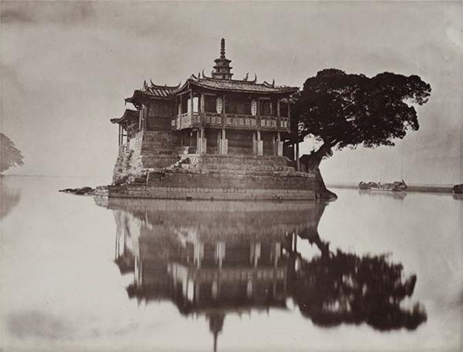 Ngôi đình giữa hồ