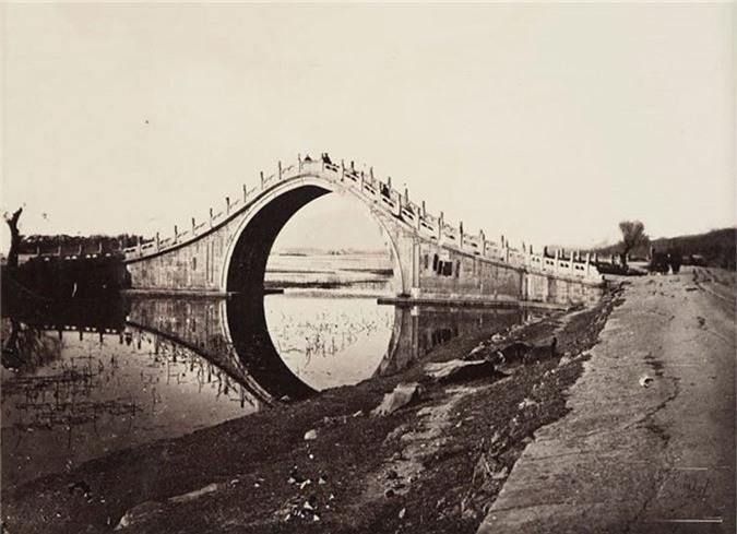 Một cây cầu với kiến trúc cổ xưa