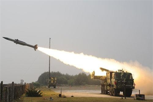 Để đảm bảo lực lượng tên lửa phòng không Akash đủ trang bị cho 6 sư đoàn đóng dọc biên giới với Pakistan và Trung Quốc trong tương lai, Ấn Độ vừa phê chuẩn hợp đồng mua từ 550 tới 600 tên lửa Akash tương đương với chi phía khoảng 757 triệu USD.
