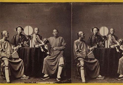 Trước khi nghệ thuật nhiếp ảnh du nhập vào Trung Quốc, phương tây chỉ có thể hình dung về một cường quốc phương đông thông qua các bức vẽ, bút ký và công văn được gửi về từ vùng đất xa xôi. Nhưng đến những năm 1850, một nhóm nhiếp ảnh gia phương tây tiên phong tìm cách chụp lại phong cảnh và con người Trung Quốc, thu hút nhiều sự chú ý ở quê nhà và khởi xướng cho phong trào nhiếp ảnh tại Trung Quốc, theo CNN.