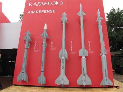 Tên lửa Python-5 cùng với Derby - Phiên bản trang bị cho tổ hợp phòng không SPYDER-SR/MR, ngoài cùng bên phải là đạn Stunner của David's Sling. Ảnh: Tập đoàn Rafael.