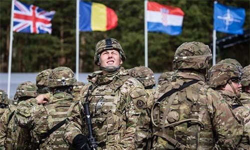Quân nhân Mỹ trong buổi lễ chào mừng lực lượng NATO ở một căn cứ tại Ba Lan năm 2017 (Ảnh: AFP)