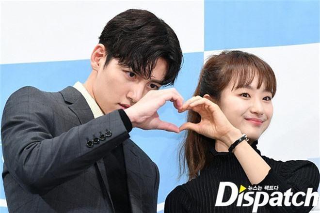 Ji Chang Wook chính thức comeback sau 2 năm, gây sốt vì vẻ soái cực phẩm và ánh mắt dành cho nữ chính tại sự kiện - Ảnh 11.