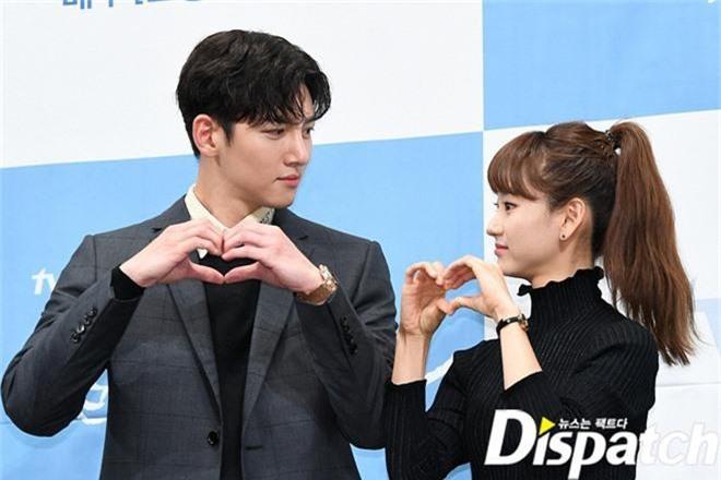 Ji Chang Wook chính thức comeback sau 2 năm, gây sốt vì vẻ soái cực phẩm và ánh mắt dành cho nữ chính tại sự kiện - Ảnh 12.