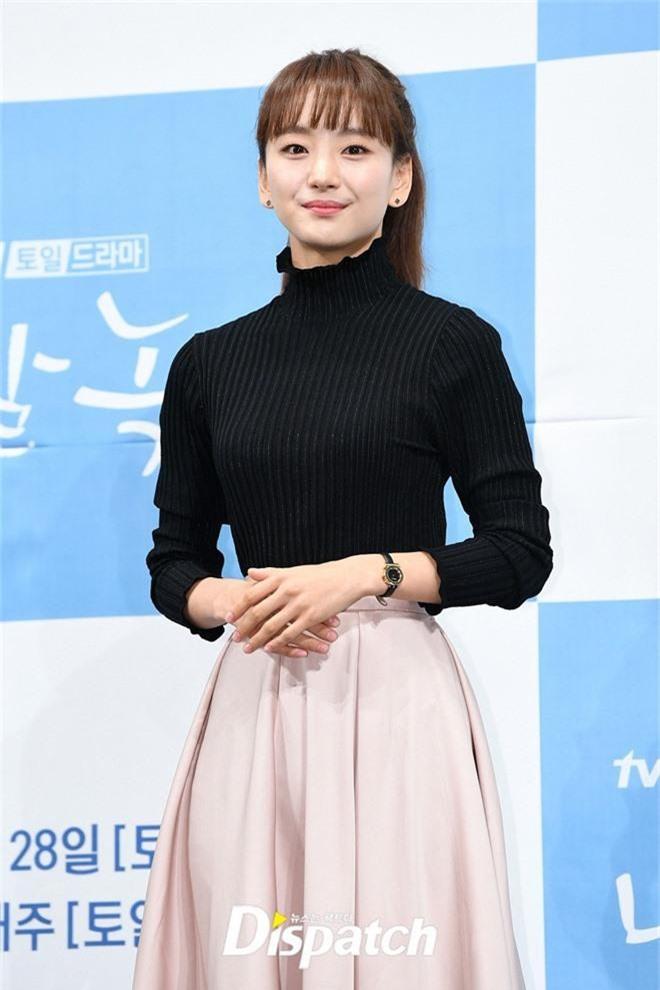 Ji Chang Wook chính thức comeback sau 2 năm, gây sốt vì vẻ soái cực phẩm và ánh mắt dành cho nữ chính tại sự kiện - Ảnh 8.