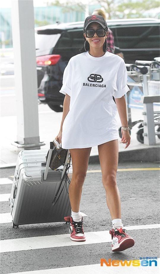 Vbiz có Ngọc Trinh, Kbiz còn sốc hơn vì màn diện quần trong lồ lộ vòng 3 nhức mắt của sao nữ Kpop tại sân bay - Ảnh 3.